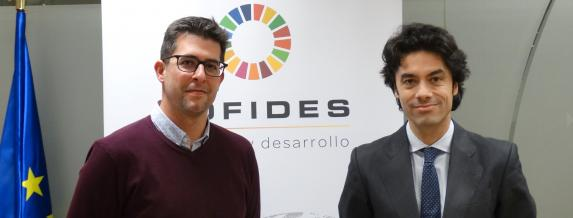 Image of the NBI Bearings Europe financial director, Javier Raya; and the COFIDES general manager, Rodrigo Madrazo (right); after the signing of the agreement