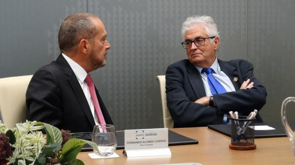 Image of Fernando Alonso, president of Isotrón, and José Luis Curbelo, president of COFIDES, during the agreement